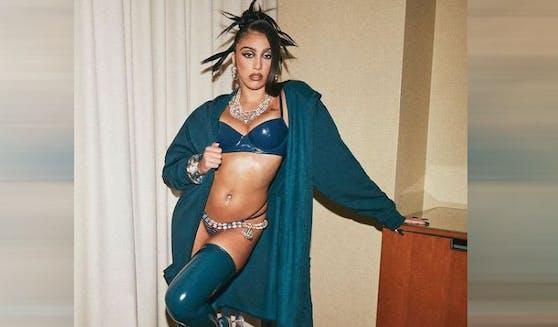 Lourdes arbeitet als Model.