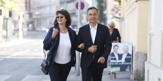 Bürgermeister Siegfried Nagl (ÖVP) mit Gattin Andrea vor seiner Stimmagabe. Er gilt als Favorit.