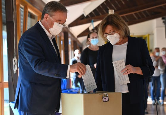 CDU-Kanzlerkandidat Armin Laschet und Frau Susanne falteten ihre Stimmzettel falsch.