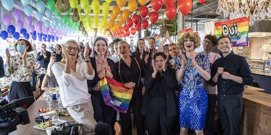 """Personen vom Pro Komitee feiern in Bern das """"Ja"""" zur Ehe für alle."""
