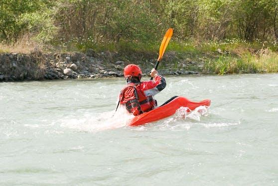 Der 48-Jährige geriet mit dem Kopf unter Wasser. Symbolbild