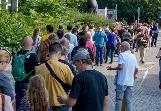 Lange Schlangen vor den Wahllokalen in Berlin.