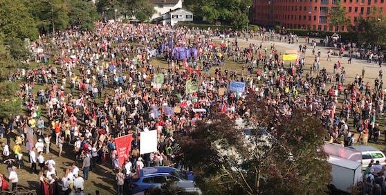 Mehrere 1.000 Demonstranten nahmen an der Protestveranstaltung im Schweizer Ort Uster teil.