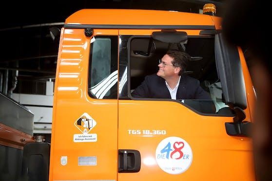 Umweltstadtrat Jürgen Czernohorszky im Mistwagen