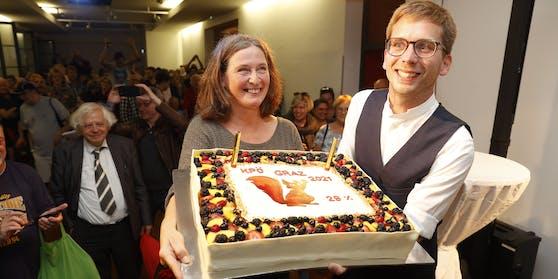 Elke Kahr (KPÖ /links) und Stadtrat Robert Krotzer (KPÖ) während der Wahlparty der KPÖ im Volkshaus.