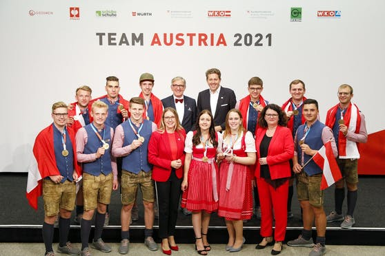 Harald Mahrer (Präsident WKÖ), Josef Herk (Präsident WK Steiermark), Bundesministerin Margarete Schramböck (BMDW), Sektionschefin Doris Wagner (BMBWF) gemeinsam mit den österreichischen Gold-Gewinnern.