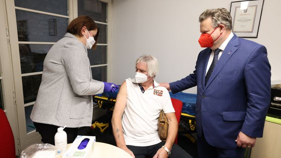 Herr Kurt (67) ließ sich im Reumannhof in Wien-Margareten gegen das Corona-Virus impfen, um nach Lust und Laune im Stammcafé Karten spielen zu können. Unterstützung kam dafür von Bürgermeister Michael Ludwig (SPÖ)