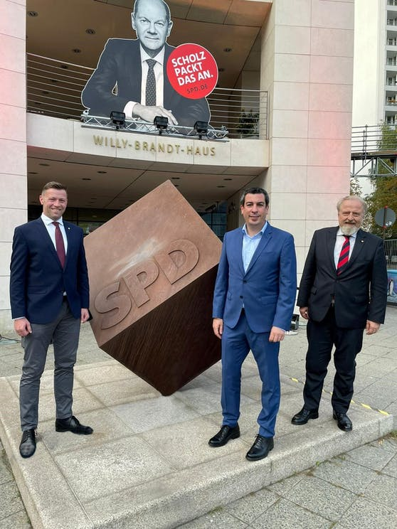 Die SPÖ-Delegation mit dem  Bundesbildungsvorsitzenden und Wiener Landtagsabgeordneten Gerhard Schmid, EU-Abgeordneten Günther Sidl (Mitte) und dem Landtagsabgeordneten Marcus Schober.