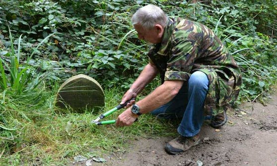 Der britische Fotograf Sid Saunders stolperte bei einem seiner Spaziergänge über einen alten Grabstein mit rührender Inschrift.