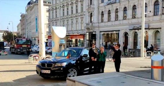 """""""Angela Merkel"""" stand plötzlich beim Museumsquartier."""