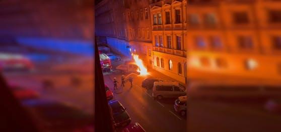 Der Pritschenwagen fing mitten in der Nacht an zu brennen.