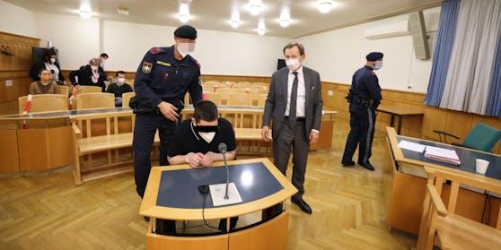 Anwalt Rudi Mayer (r.) verteidigte den Angeklagten.