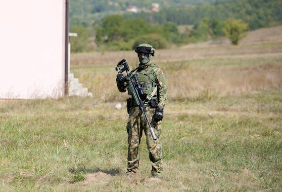 Ein serbischer Soldat überwacht eine Straße nahe der serbisch-kosovarischen Grenze.