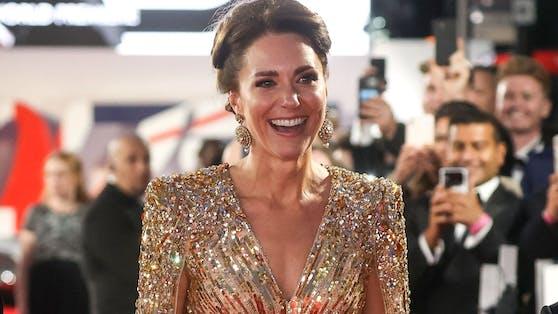 Herzogin Kate glänzte in einer goldenen Packham-Robe.