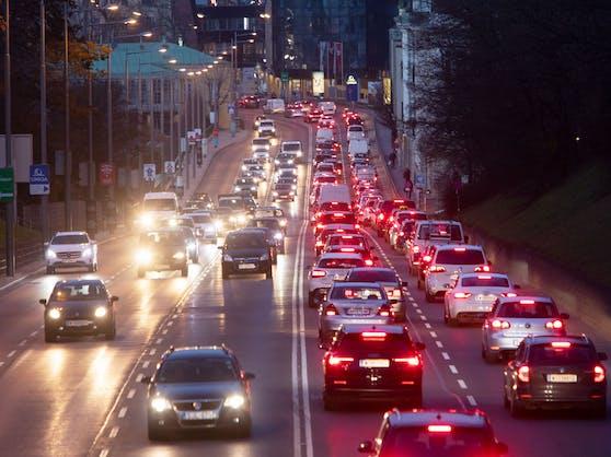 """Autokolonnen in Wien. Mit Einführung des CO2-Preises werden Benzin und Diesel teurer. Der """"Klimabonus"""" soll Pendler, die aufs Auto angewiesen sind, entlasten."""