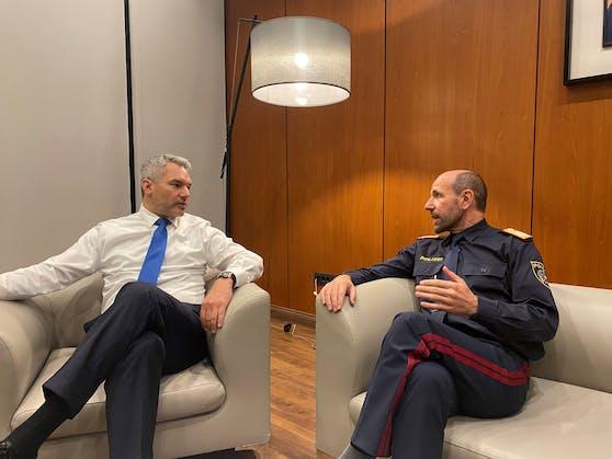 Der Innenminister (li.) und der Generaldirektor für öffentliche Sicherheit Franz Ruf, der ebenfalls mitgereist ist, vertreiben sich die Zeit mit einem Plausch am Flughafen von Pristina