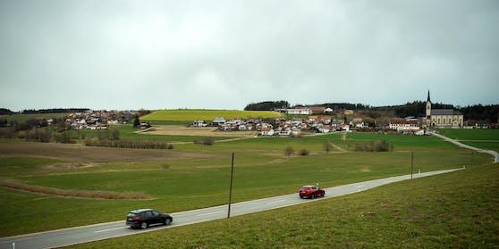 Schauplatz der Tragödie ist die bayrische Ortschaft Halsbach, unweit der Salzburger Grenze.