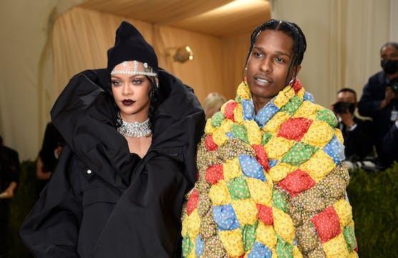 Rihanna und A$AP Rocky gaben bei der MET Gala ihr Pärchen-Debüt - samt Steppdecke von Ur-Oma Mary.