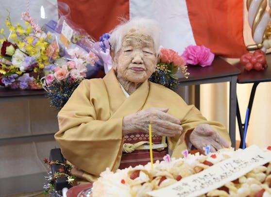 Die JapanerinKane Tanakahält derzeit den Altersrekord. Das Fotos zeigt sie bei ihrem 117. Geburtstag im vergangenen Jahr.