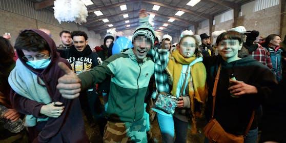 In der Stadt Lieuron im Westen Frankreichs haben sich an die 2500 Personen zu einem illegalen Silvester-Rave getroffen.