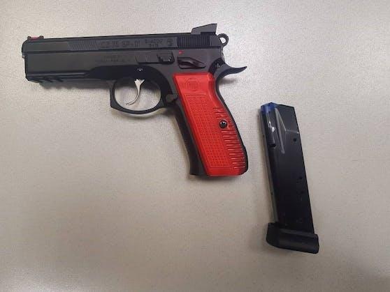 Die 32-Jährige bedrohte ihren Nachbarn mit dieser Gaspistole und gab einen Schuss auf den Boden ab.