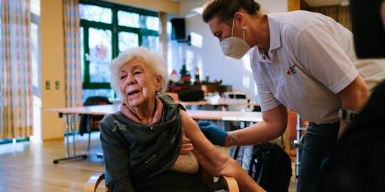 Hier erhält eine 83-Jährige gerade eine Corona-Impfung.