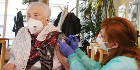 Hier erhält eine 94-Jährige gerade eine Corona-Impfung.