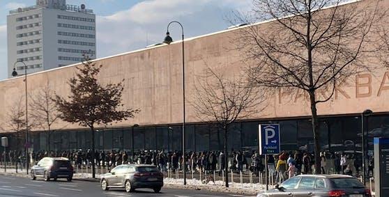 Am Samstag stellten sich Eislauf-Fans in einer 150-Meter-Schlange vor dem Parkbad an. Die Wartezeit betrug 90 Minuten.
