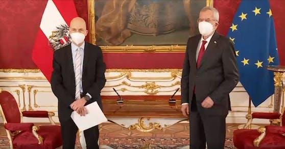 Bundespräsident Alexander van der Bellen und der neue Arbeitsminister Martin Kocher (links)