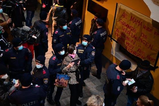 """In der Linzer Altstadt kam es am Montagabend zu einem großen Polizeieinsatz. Eine Barbesitzerin hatte in """"Heute"""" angekündigt, trotz Corona-Verbots ihr Lokal aufsperren zu wollen."""