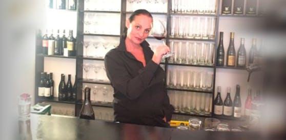 Bar-Chefin Alexandra Pervulesko (51) ist verzweifelt, ihre finanzielle Situation zwingt sie dazu ihre Bar aufzumachen.