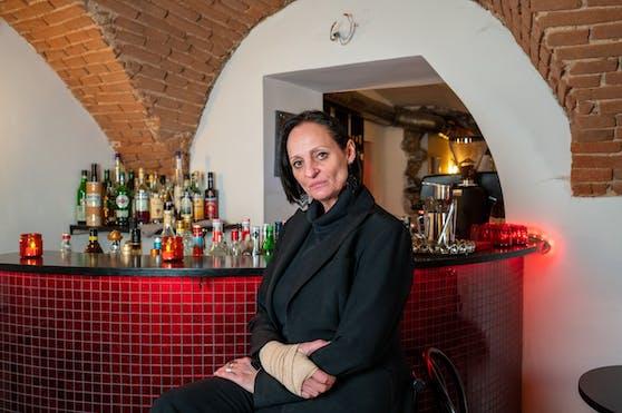 Die 51-Jährige darf ihr Cafe nicht mehr betreten, ein Rechtsanwalt soll das Betretungsverbot prüfen.