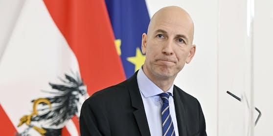 Arbeitsminister Martin Kocher sieht sinkende Arbeitslosen- und steigende Schulungsteilnehmerzahlen.