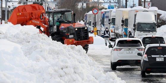 Die heftigen Schneefälle infolge einer seit Tagen andauernden extremen Kaltluftfront sorgten auch für ein erhebliches Verkehrschaos.