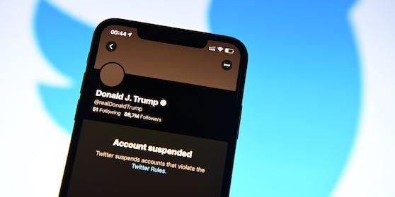 Nachdem Twitter den Account von Donald Trump dauerhaft gesperrt hat, muss sich der scheidende US-Präsident mehr oder weniger fragwürdige Alternativen suchen.