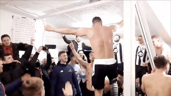 Spieler des FC Chorley feiern die Pokal-Sensation mit Adele-Hit.