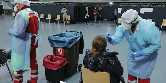 In Tirol könnten 17 Personen mit der aus Großbritannien bekannten mutierten Form des Coronavirus infiziert sein. Im Bild: Eine Probenabnahme in Innsbruck. (Symbolbild)