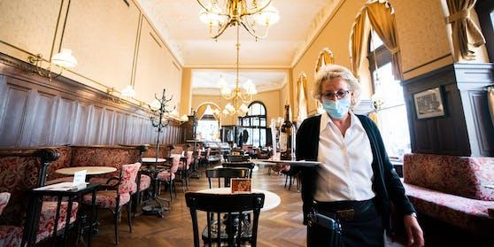 Wann sperrt die Gastronomie wieder auf? Noch diese Woche könnte eine Entscheidung kommen. (Archivbild, Café Sperl in Wien)