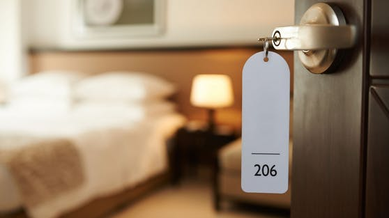 Für einen Besuch im Hotel wird künftig ein negativer Test verlangt. (Symbolbild)