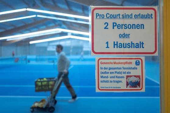 Tennishallen könnten bald aufmachen – unter Einhaltung strenger Maßnahmen.