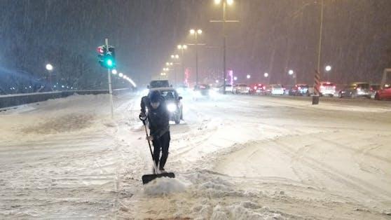 In Linz müssen Radfahrer selbst den Schnee schaufeln, weil die Räumung laut Radlobby nicht klappt.