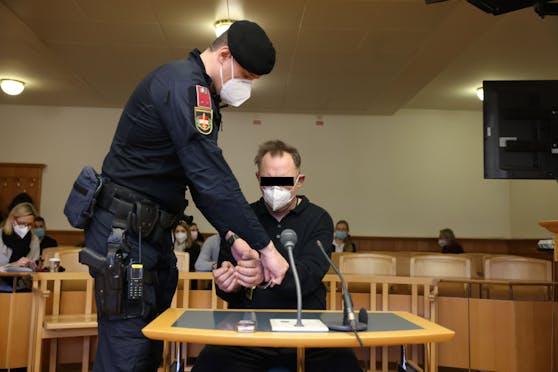 Der Ex-Cop wurde in Handschellen vorgeführt.