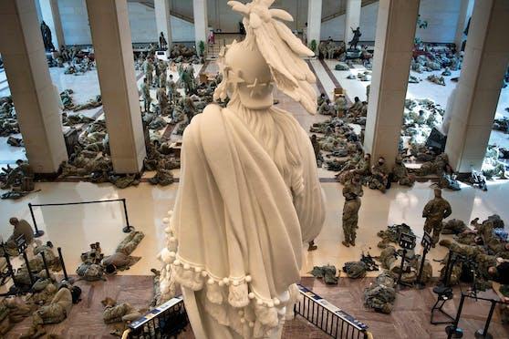 Soldaten mit Maschinengewehren schützen jetzt die Politiker im Kapitol.