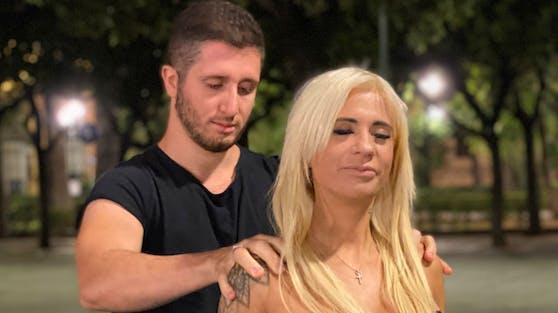 """""""Tinderreisen""""-Kandidatin Bella ist überglücklich: Ihr Italo-Lover Martin punktet schon beim ersten Date als Massage-Profi."""