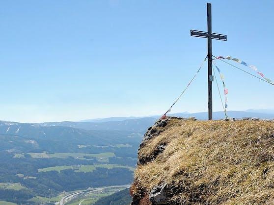 Das Gipfelkreuz der Kampalpe in der Rax-Schneeberg-Gruppe
