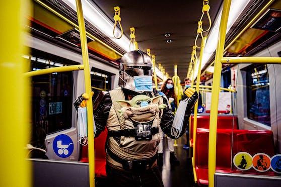 Video-Künstler verteilt Masken und gute Laune