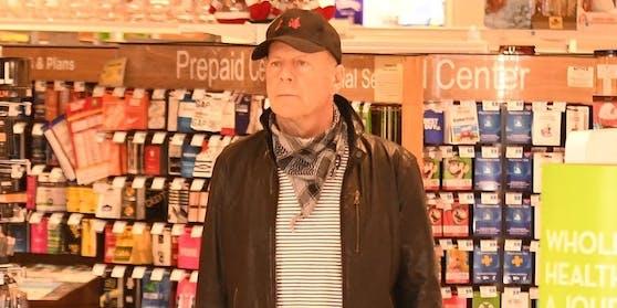 Bruce Willis in der Apotheke - ohne Maske.