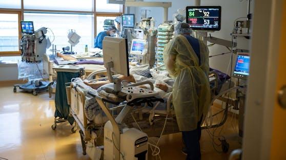 Ärzte betreuen Corona-Patienten auf einer Intensivstation im RKH Klinikum Ludwigsburg (D). (Symbolbild)