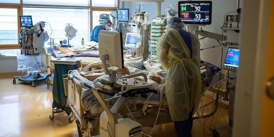 Ärzte betreuen Corona-Patienten auf einer Intensivstation.