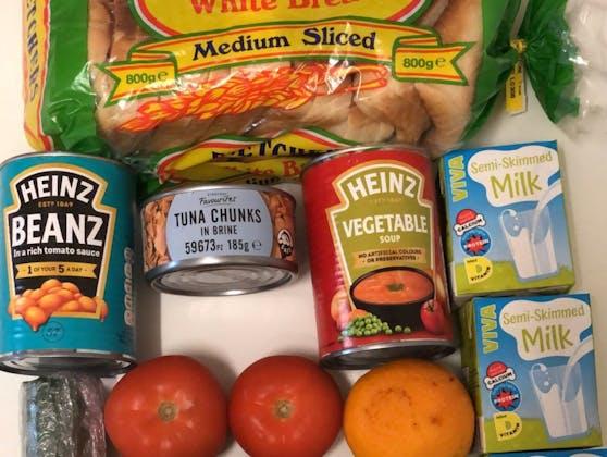 Von wegen 30 Pfund: Simon Young zeigt die dürftige Menge an Lebensmitteln, die im Rahmen des kostenlosen Schulessens verwendet werden.